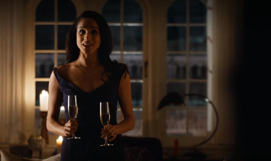 お祝いパーティーの用意をするレイチェル
