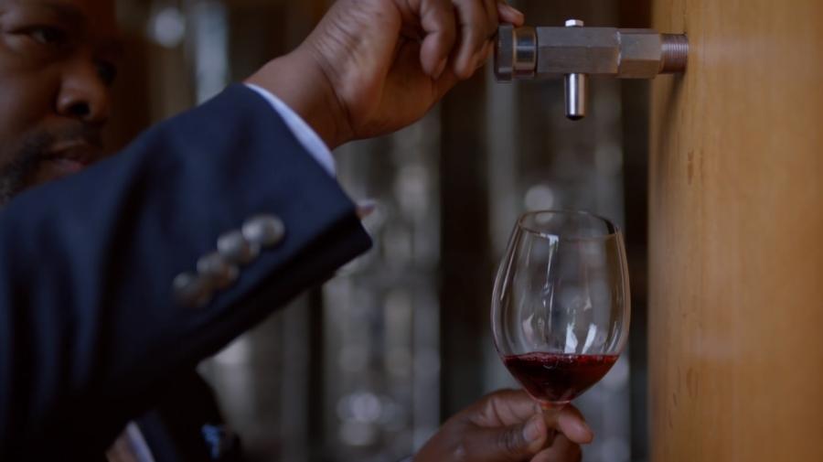アレックスにワインを飲んでもらうロバート