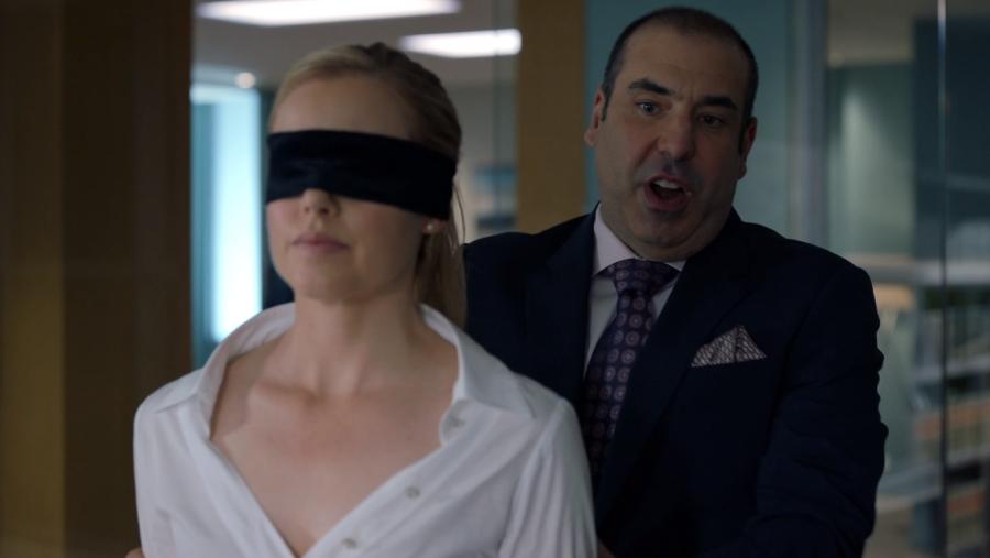 カトリーナに目隠しをして部屋に案内するルイス