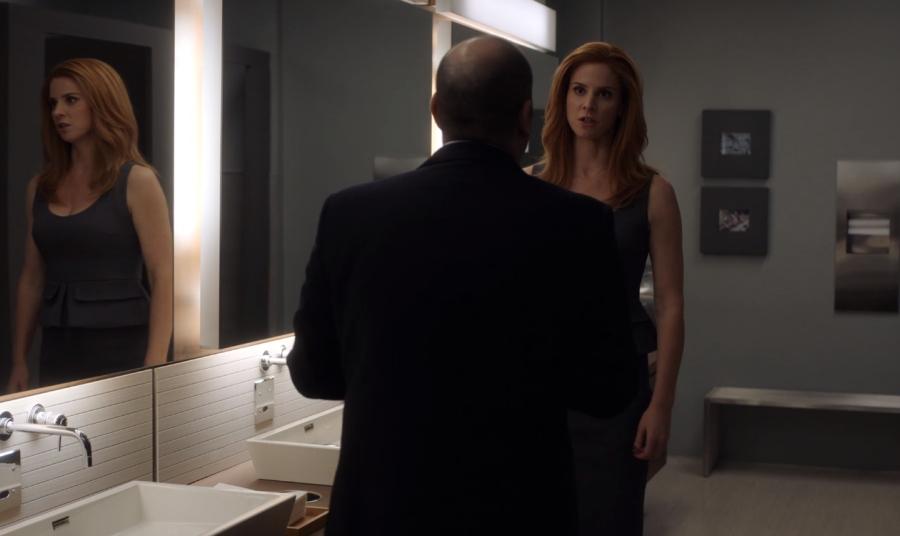 トイレでルイスに命令するドナ