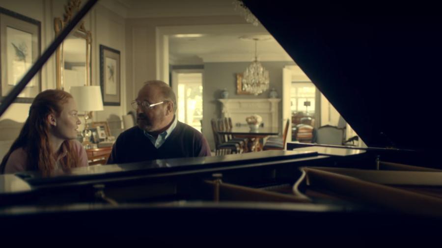 ピアノに向かうドナ
