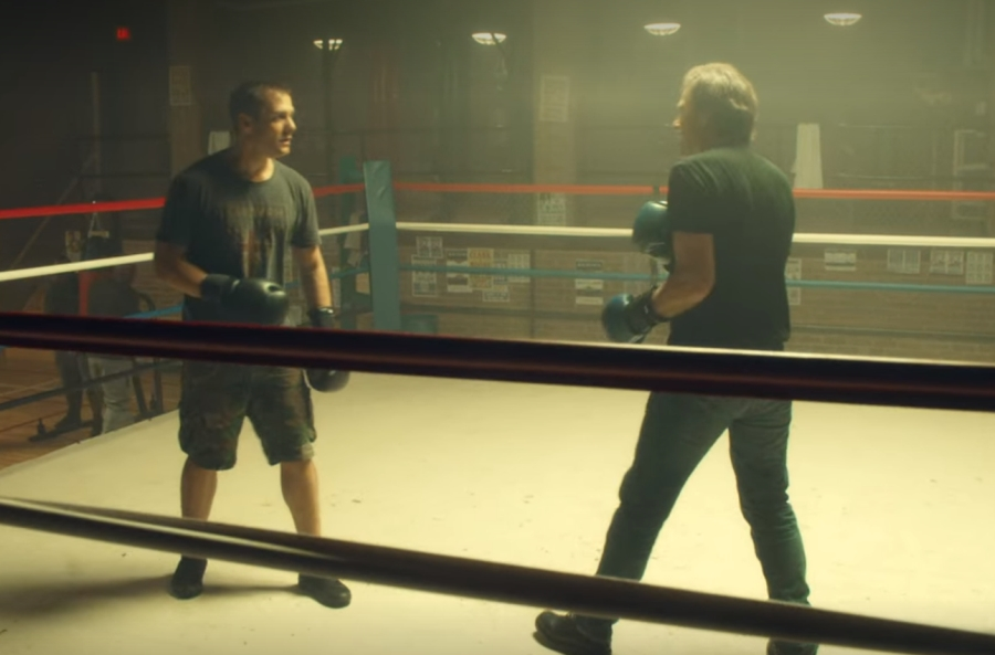 ボクシングで父を打ちのめし母の浮気のことを告げるハーヴィー