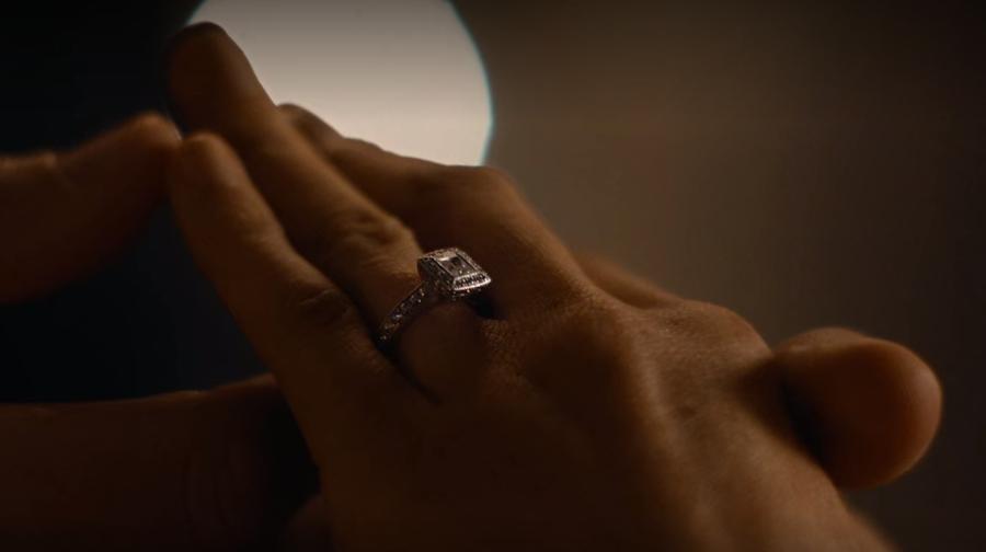 マイクがレイチェルにおばあちゃんの指輪を贈る