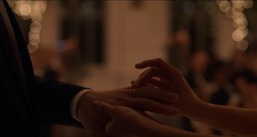 永遠の愛を誓って指輪を交換するマイクとレイチェル