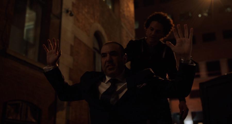 ルイスが銃を持った強盗に襲わる