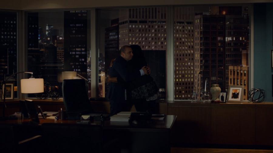 ルイスを抱きしめるグレッチェン