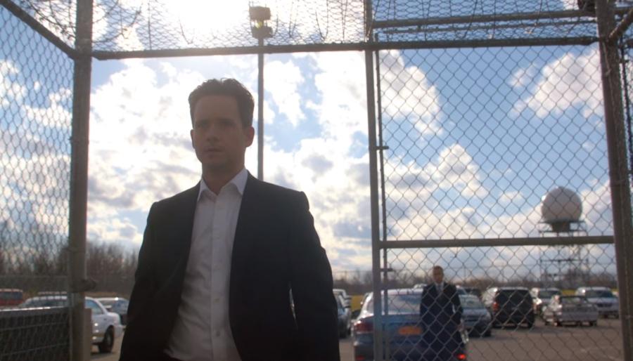 刑務所の入り口に向かうマイク