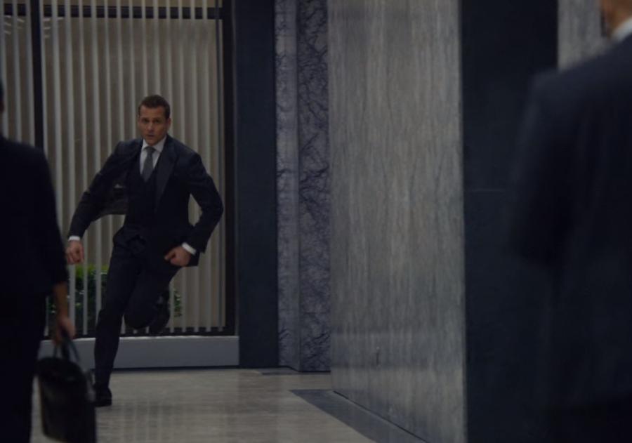 急いで駆け出し検事局のギブスのもとへ行くハーヴィー