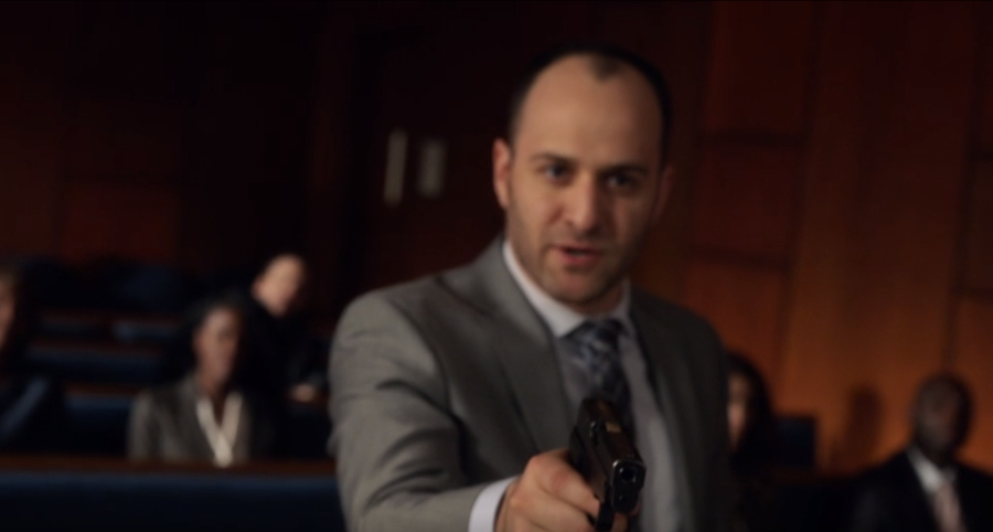 拳銃に見え固まってしまったルイス