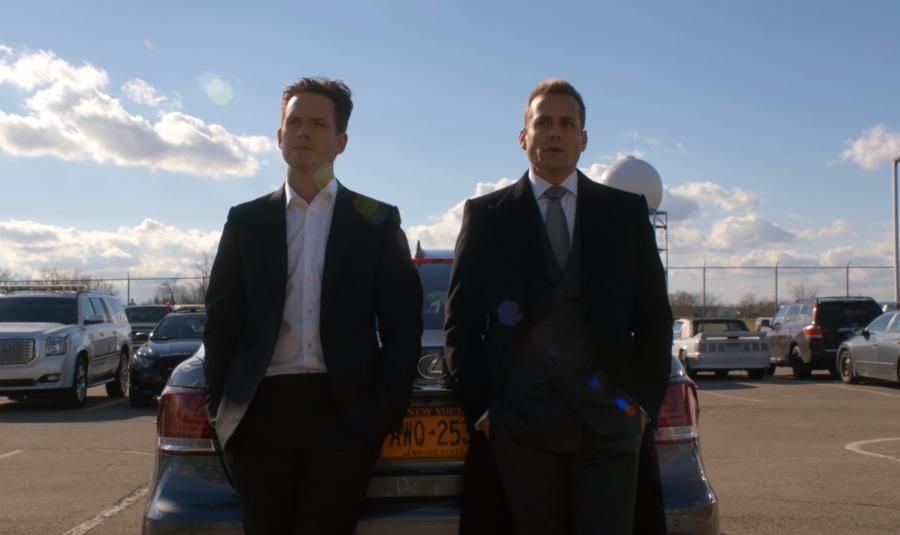 連邦刑務局の前で語らいあうマイクとハーヴィー